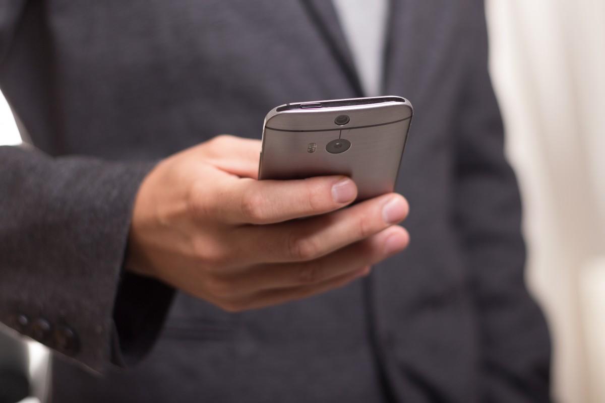 il pollice in pericolo con l'uso dello smartphone.